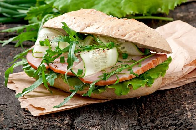 Sandwich mit schinken und kräutern