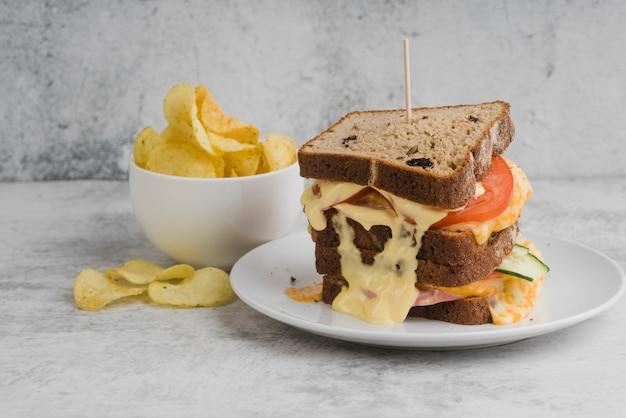 Sandwich mit schüssel mit pommes daneben