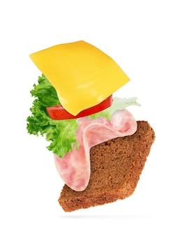 Sandwich mit schweineschinken auf weißem hintergrund