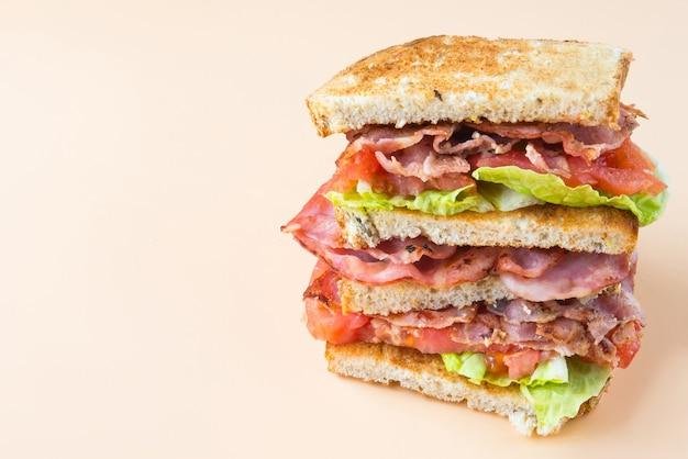 Sandwich mit speck, salat und tomate