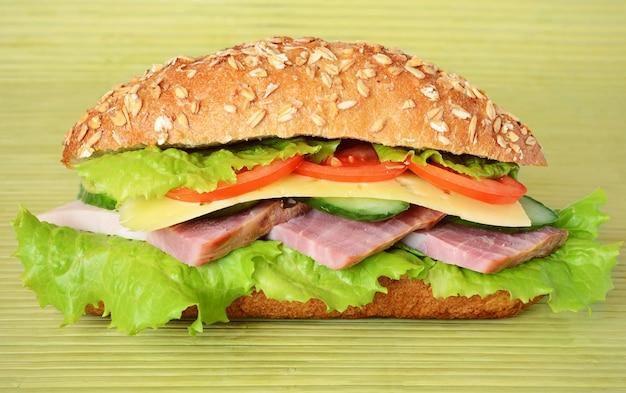 Sandwich mit speck, tomate, käse, gurken und salat