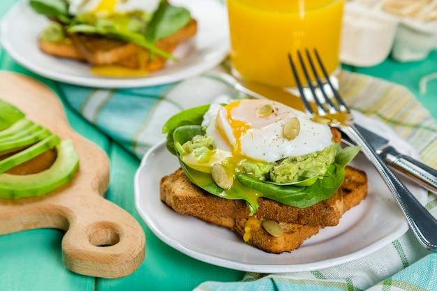 Sandwich mit spinat, avocado und ei