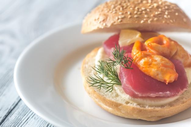 Sandwich mit thunfisch, krabbenkralle und mozzarella
