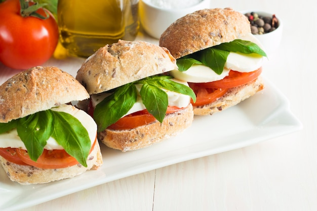 Sandwich mit tomaten und mozzarella.