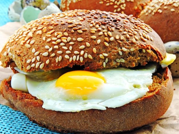 Sandwich mit wachteleiern. brötchen mit sesam. das konzept eines gesunden frühstücks. keto-diät.