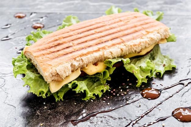 Sandwich mit wurst, pfeffer, käse und salat