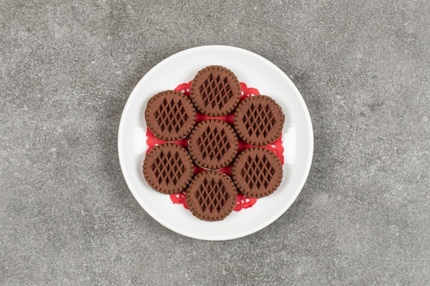 Sandwich-schokoladenplätzchen auf weißem teller.