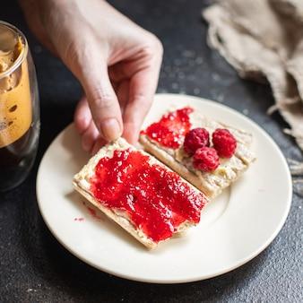 Sandwich süße marmelade und tasse kaffee beerenmarmelade butter bio-vollkorndiät brotknusprig