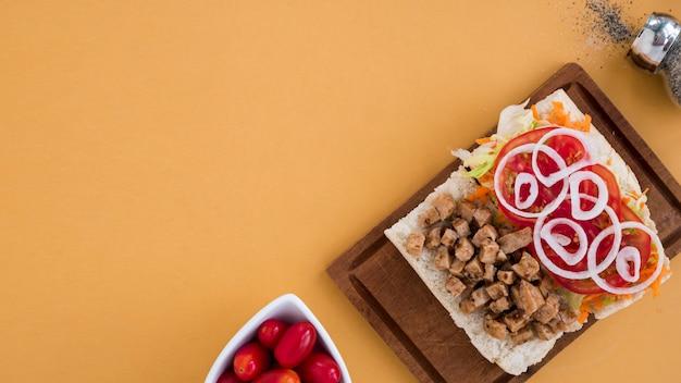 Sandwich zwischen tomaten und pfeffer