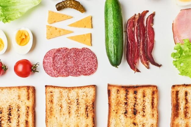 Sandwichbestandteile auf einem weißen hintergrund, draufsicht
