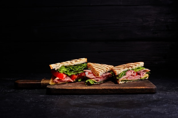 Sandwichbrot tomate, salat und gelber käse