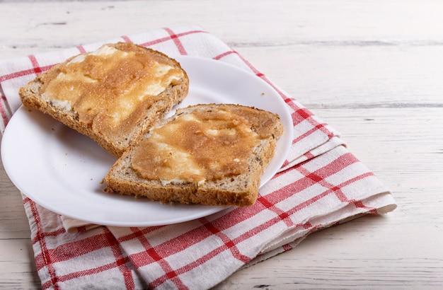Sandwiche mit pollockrogen auf einer weißen platte, auf einem weißen hölzernen hintergrund
