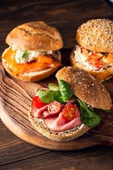Sandwiche mit rindfleisch, frischen tomaten und lammsalat, mehrkornbrötchen