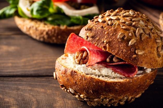 Sandwiche mit salami und walnuss, mehrkornbrötchen