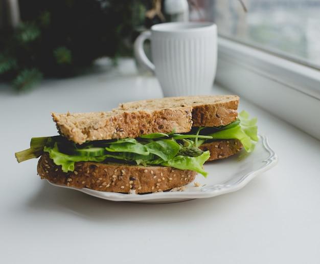 Sandwiches auf der fensterbank