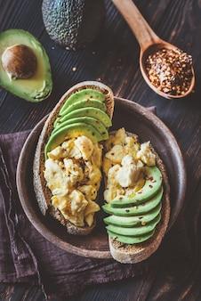 Sandwiches mit avocado und rührei