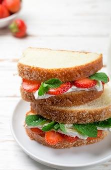 Sandwiches mit brie, erdbeeren und minze