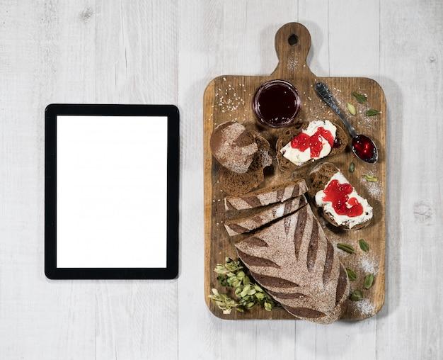 Sandwiches mit brot, butter und marmelade mit tablette