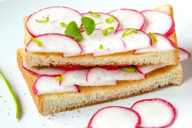 Sandwiches mit brot, wachteleiern und rettich