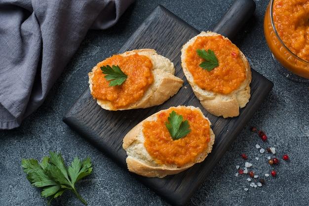 Sandwiches mit brot zucchini kaviar tomaten zwiebeln. hausgemachtes vegetarisches essen. speicherplatz kopieren.