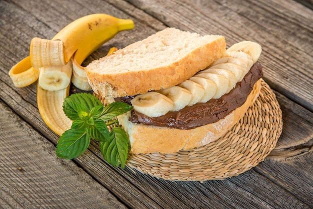 Sandwiches mit erdnussbutter, marmelade und frischen früchten