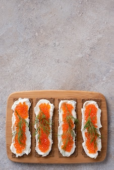 Sandwiches mit forellenkaviar, quark, dill, flachbett, ketodiät.