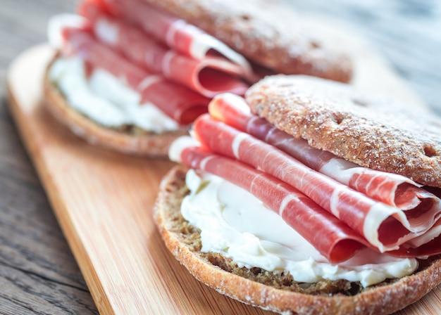 Sandwiches mit frischkäse und jamon