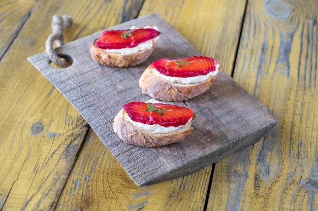 Sandwiches mit frischkäse und rote-bete-lachs