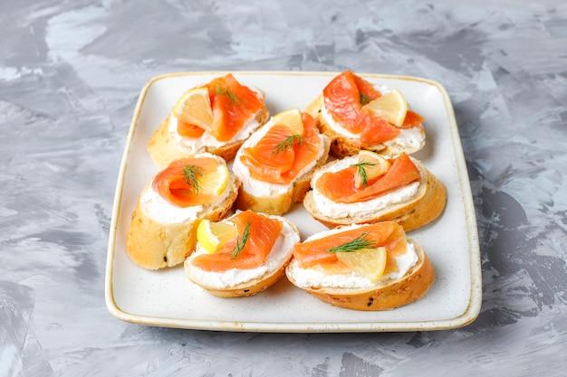 Sandwiches mit geräuchertem lachs und frischkäse und dill.