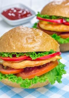 Sandwiches mit hähnchenfilet, tomate und paprika