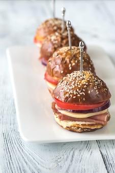 Sandwiches mit käse und schinken auf dem teller