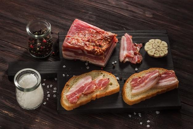 Sandwiches mit knoblauch, pfeffer und anderen gewürzen