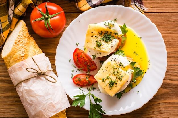 Sandwiches mit pochiertem ei, tomaten, petersilie und käse. ansicht von oben