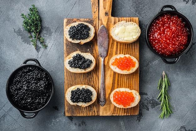 Sandwiches mit rotem und schwarzem kaviarbaguette, auf grau