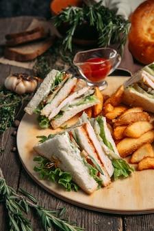 Sandwiches mit roter sauce und rustikalen kartoffelschnitzen