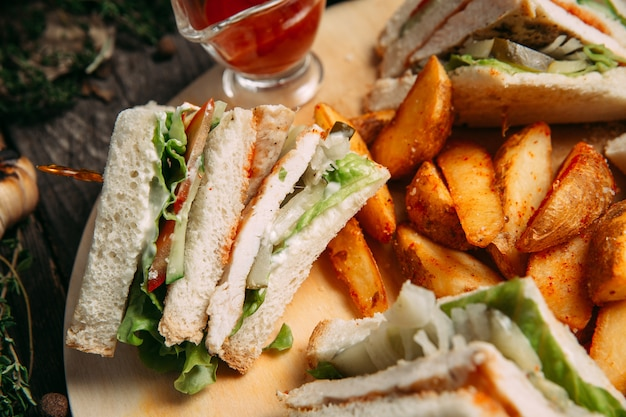 Sandwiches mit rustikalen kartoffelschnitzen mit roter sauce