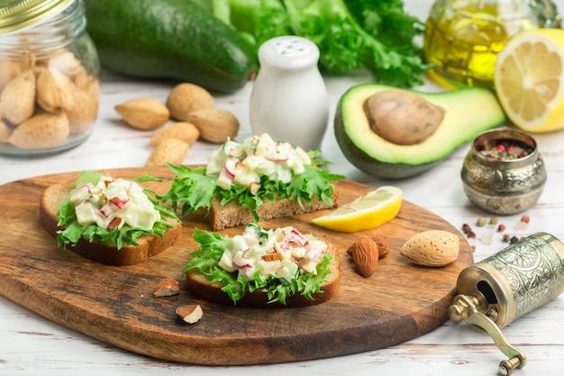 Sandwiches mit salat und salat aus eiern, radieschen, gurken und avocado mit hausgemachter mayonnaise