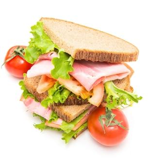 Sandwiches mit schinken, salat und tomaten