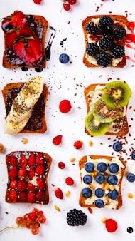 Sandwiches süß mit frischkäse und frischen beeren und früchten