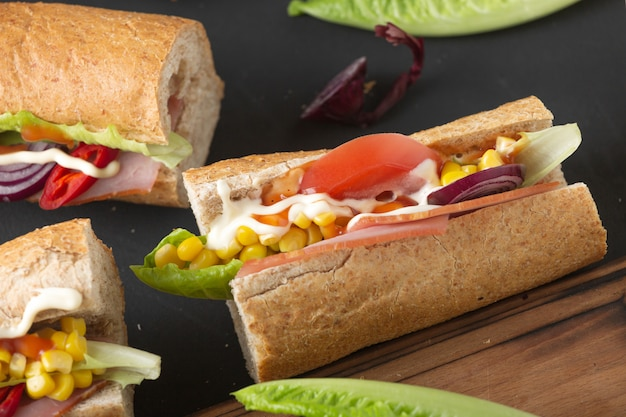 Sandwiches und bier. snacks und getränke in der kneipe.