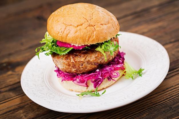 Sandwichhamburger mit saftigen burgern, rotkohl und rosa soße