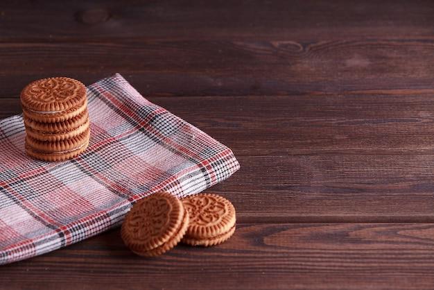 Sandwichkekse, sahnekekse, kekse mit sahnefüllung auf holztisch