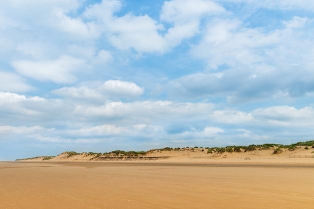 Sandy formby beach in der nähe von liverpool an einem bewölkten tag