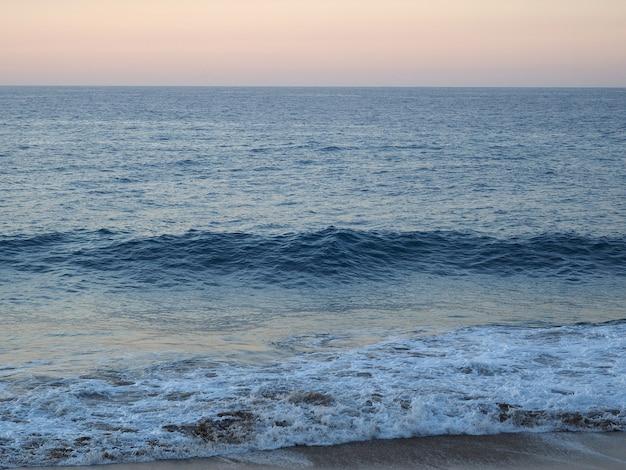 Sandy-ufer atlantik bei schönem sonnenuntergang. dominikanische republik.