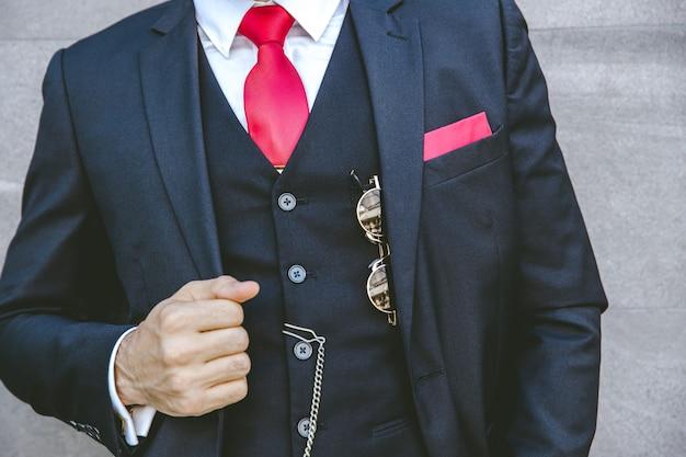 Sanfter uniform-stil-smoking-luxusanzug mit roter krawatte für modernen bräutigam oder modischen geschäftsmann