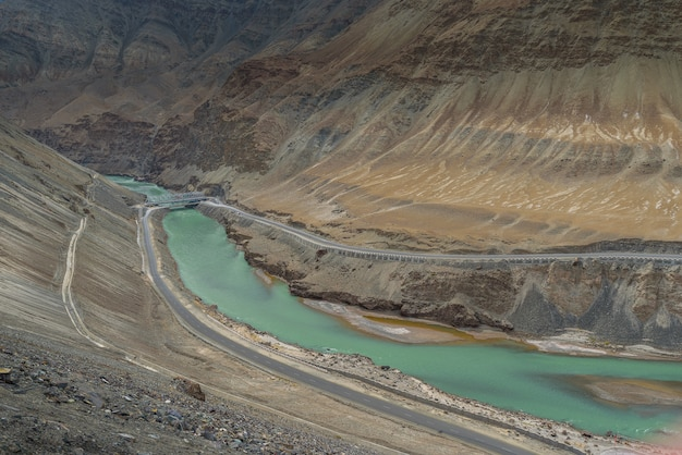 Sangam-standpunkt mit bewölktem tag in let ladakh