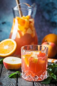 Sangria oder punsch mit früchten