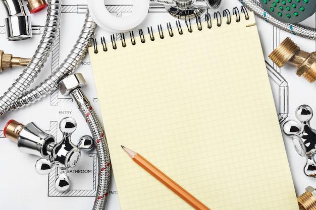 Sanitär und werkzeuge mit einem notebook