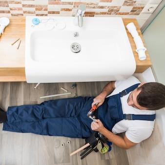 Sanitärtechniker, der mit wanne arbeitet