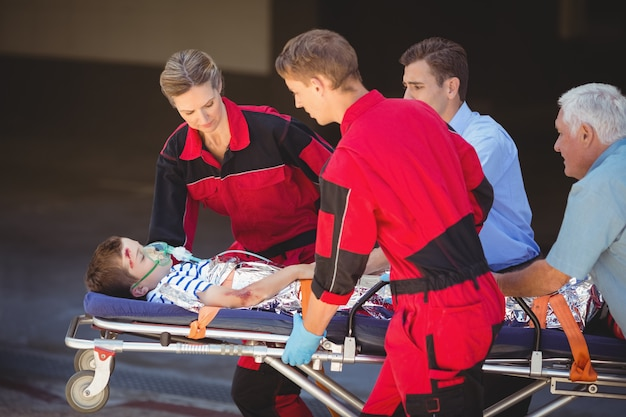 Sanitäter, die einen patienten im notfall überstürzen